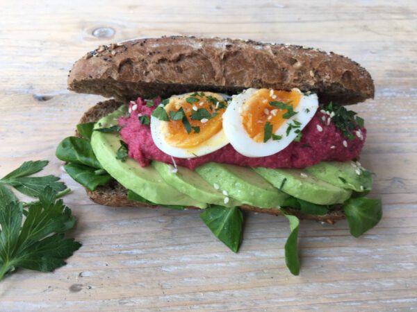 Broodje avocado, bietenhumus en ei