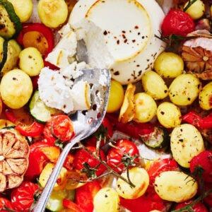Ovenschotel met veel groenten, krieltjes en worstjes of ricotta